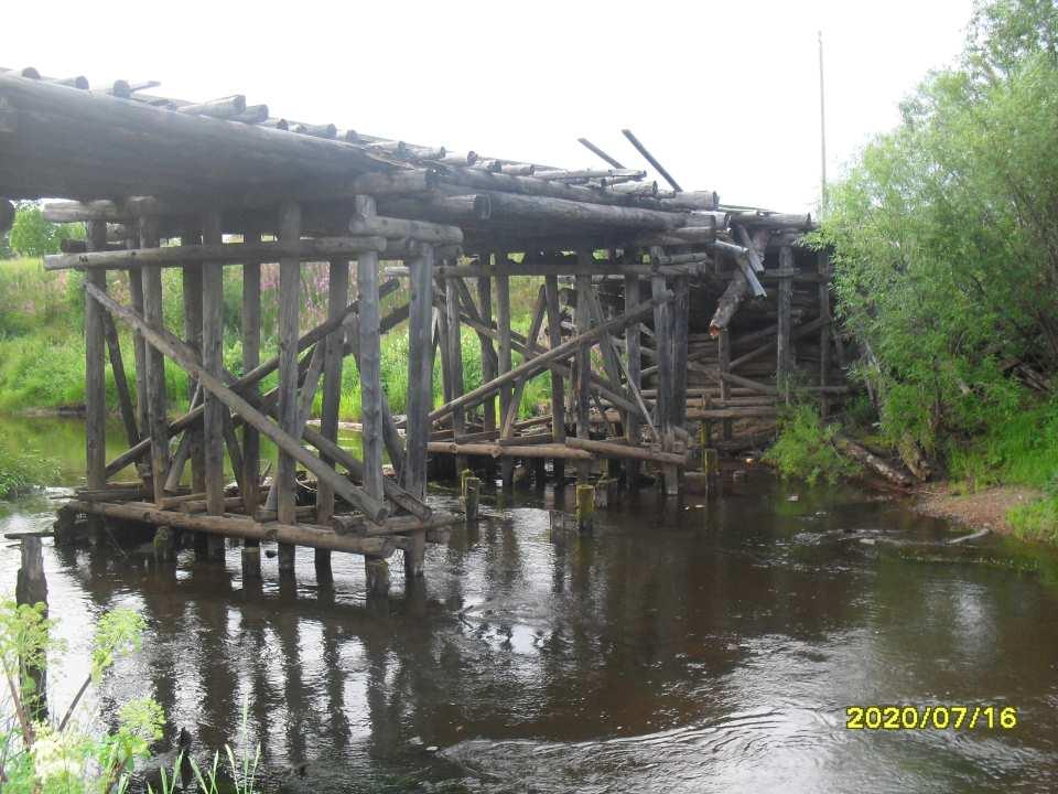 В посёлке Талый большегрузная машина проломила мост. Фото: Вера Бондарь