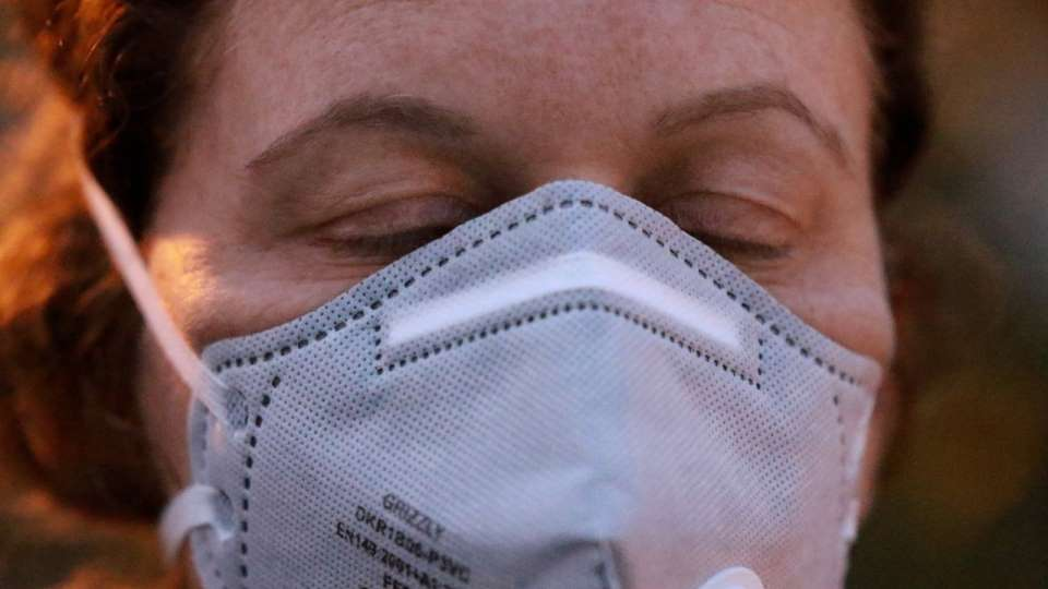 Человек в маске от вируса