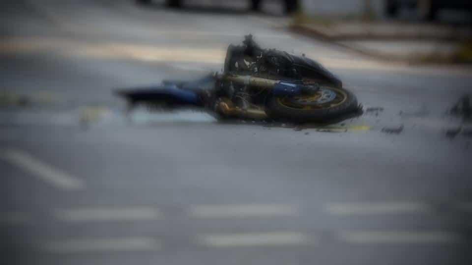 Мотоцикл на дороге. ДТП. Авария