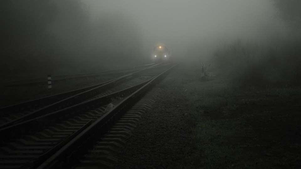 Поезд. Железная дорога. Туман