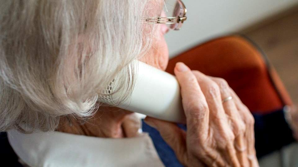Пожилая женщина. Бабушка. Телефон. Звонок